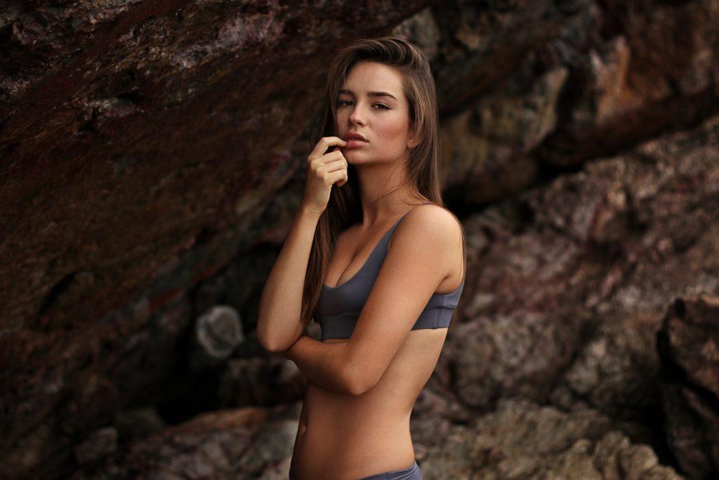 postura spalle donna
